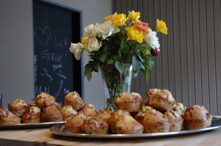 Selbstgebackene Muffins und Kuchen, Kirschsaftschorle und frischer Kaffee