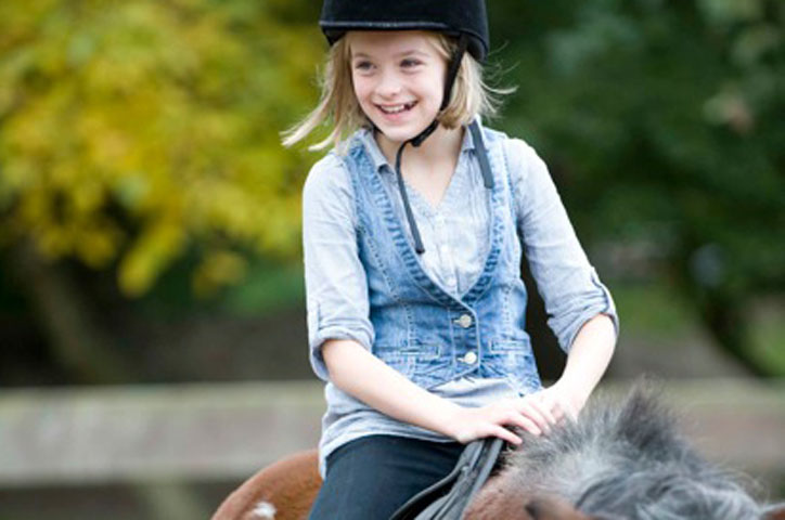 Den Wind in den Haaren spüren auf dem Rücken eines Pferdes