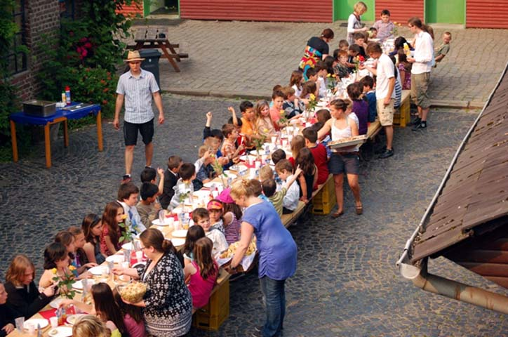 Beim Gala-Dinner werden die Schüler von ihren Lehrern bedient