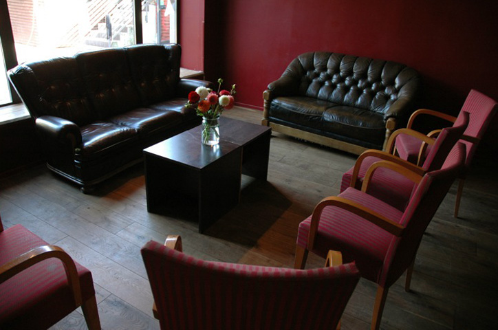 Der Kaminraum - frisch gestrichen, neuer Boden, neue Sitzecke ...