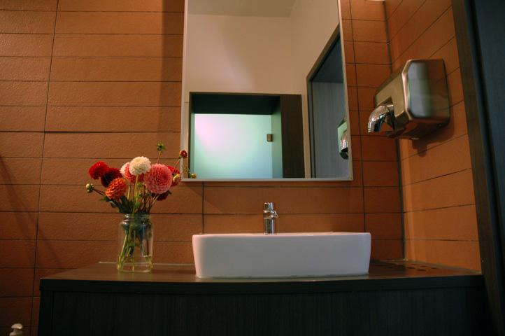 Im Gebäude erwartet die Gäste moderne sanitäre Anlagen ...