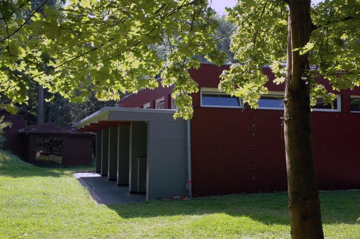 Das Badehaus - das warme Rot harmonisiert mit dem Klinker des alten Hofes
