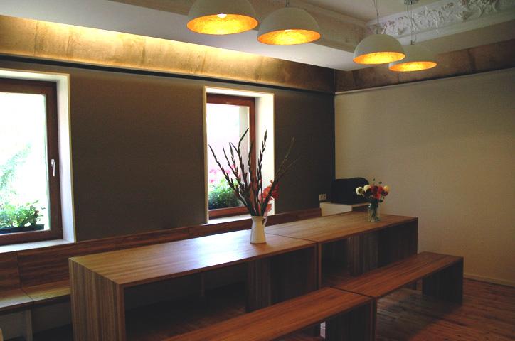 Das Wohnzimmer - Tafel, Bänke und sogar der Stukk sind eigens entworfen