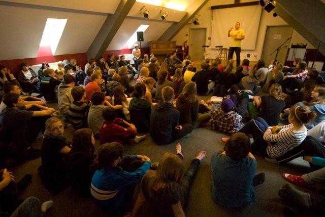 Die Kapelle - Bühne, Beamer, Instrumente und viel Platz für die Storytimes