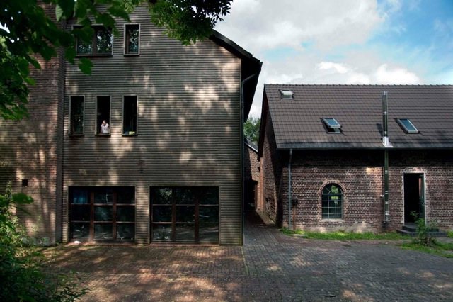 Das Farmhaus und die ehemalige Scheune - darin Esssäle, Schlafbereiche, Kapelle
