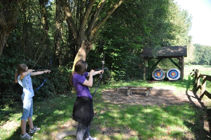 Mit Pfeil und Bogen schießen