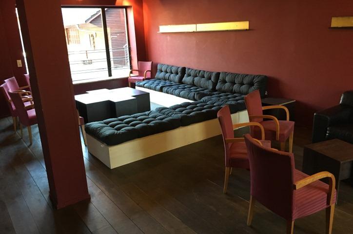 Im Kaminraum ist eine neues Sofa eingezogen