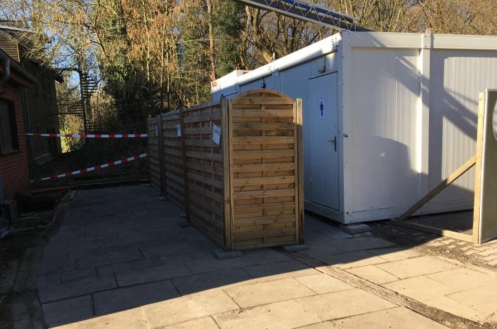 Die Duschcontainer: Einzelkabinen und Anschluss an unsere Warmwasserversorgung